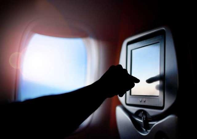 Uçakta asla dokunmamanız gereken 8 yer