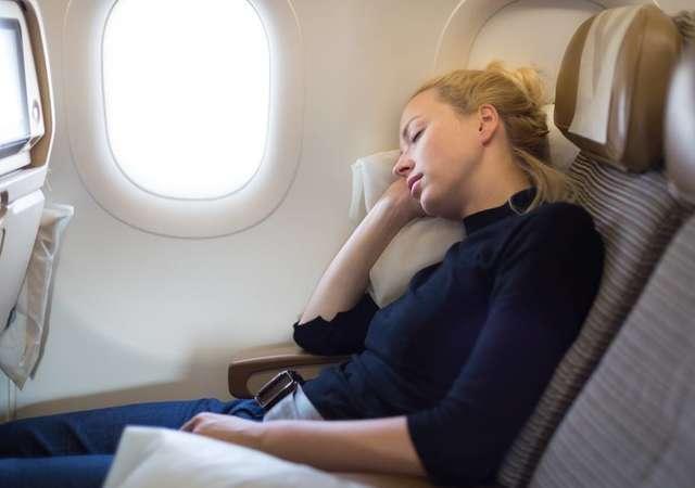 d81a712c11809 Uçakta daha rahat uyumak için 5 ipucu - Enuygun.com Bilgi