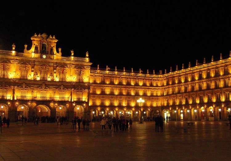 Plaza Mayor'un çevreleyen binalar